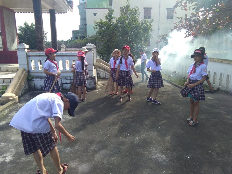 Chi đoàn trường TH Nhân Hải dọn vệ sinh và thắp hương tri ân các anh hùng liệt sĩ tại nghĩa trang Quảng Thọ